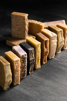 Angle élevé de divers savons alignés sur la table