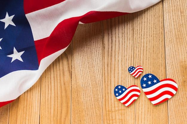 Angle élevé des drapeaux américains sur une surface en bois