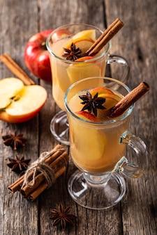 Angle élevé du concept de boisson délicieuse aux pommes