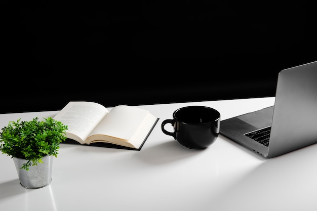 Angle élevé du concept de bureau avec espace copie