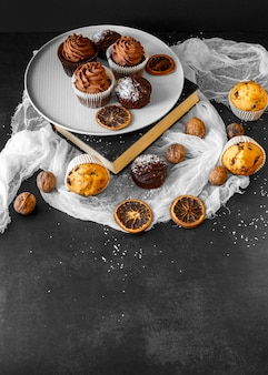 Angle élevé du concept de délicieux petit gâteau