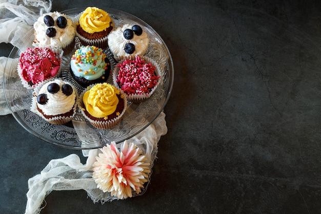Angle élevé du concept de délicieux petits gâteaux