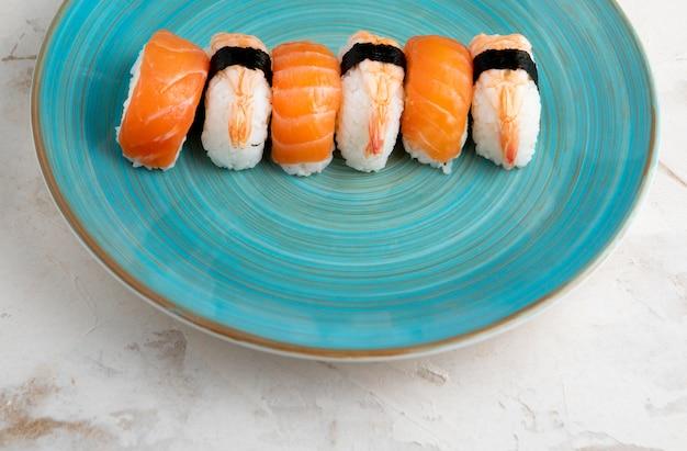 Angle élevé du concept de délicieux sushis