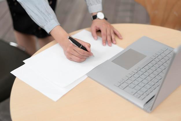 Angle élevé du concept d'entreprise avec ordinateur portable