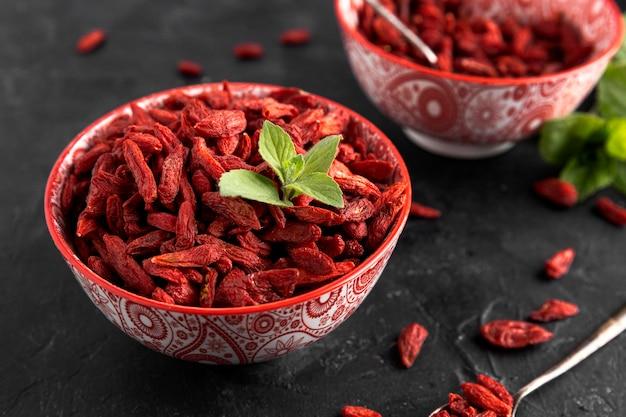 Angle élevé du concept de fruits secs rouges