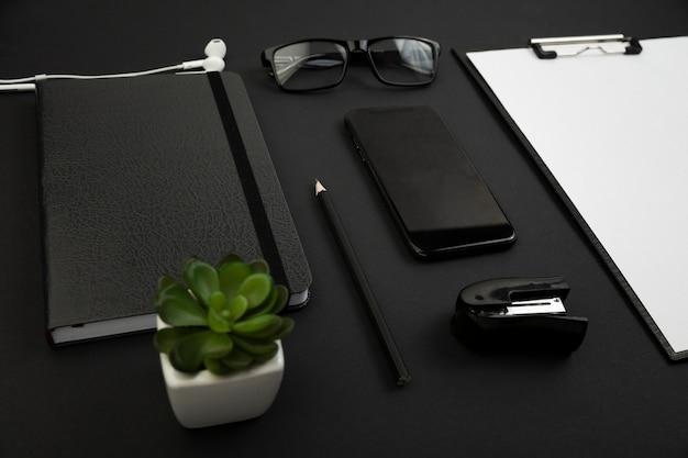 Angle élevé du concept sombre de bureau