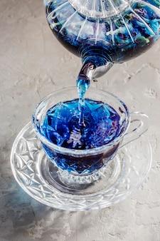 Angle élevé du concept de thé bleu