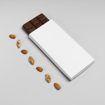 Angle élevé du paquet de barre de chocolat vierge avec écrous et espace de copie