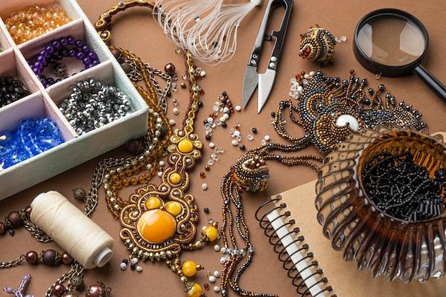 Angle élevé des éléments essentiels pour le travail des perles avec des ciseaux et du fil