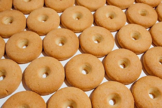 Angle élevé de l'ensemble de délicieux beignets bruns comme une sorte de boulangerie maison fraîche sur fond blanc en studio
