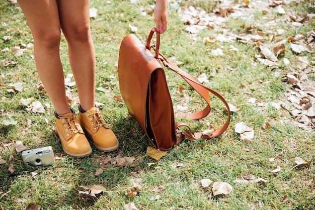 Angle élevé de femme avec son sac et son appareil photo