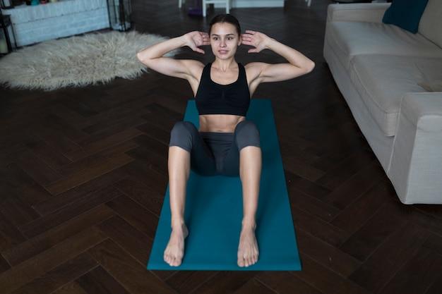 Angle élevé de femme sportive exerçant à la maison