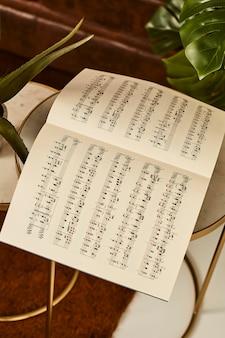 Angle élevé de feuille de musique sur la table