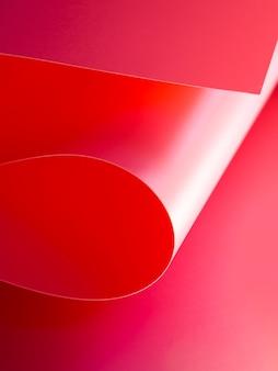 Angle élevé de feuilles de papier incurvées lumineuses