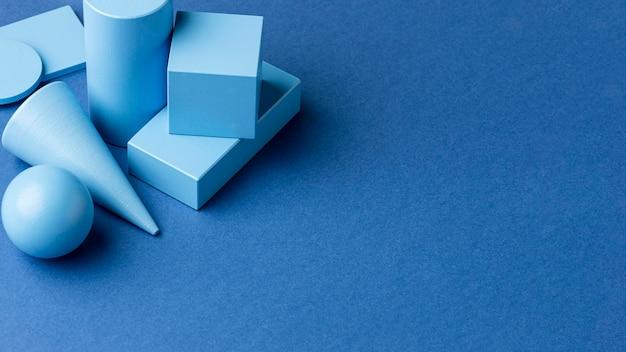 Angle élevé de figures géométriques minimalistes avec espace de copie