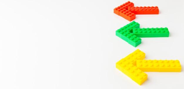 Angle élevé de flèches de jouets colorés avec espace copie