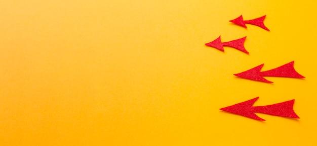 Angle élevé de flèches rouges pointant vers la gauche