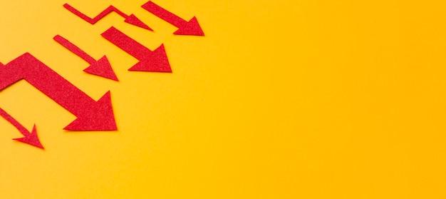 Angle élevé de flèches rouges