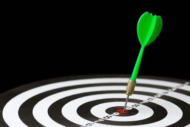 Angle élevé de fléchette coincé dans la cible bullseye
