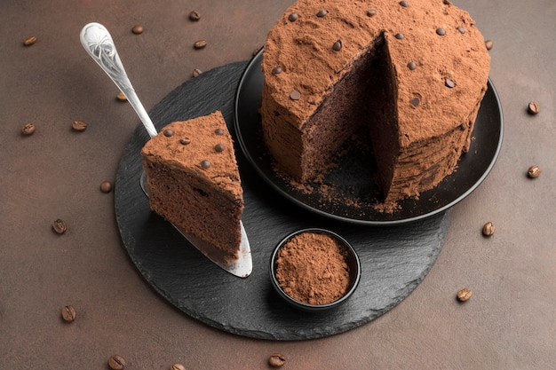 Angle élevé de gâteau au chocolat avec du cacao en poudre