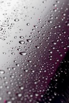 Angle élevé de gouttes transparentes sur la surface