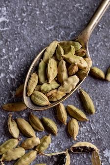 Angle élevé de graines de cardamome en cuillère