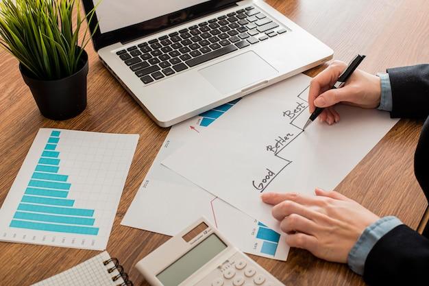 Angle élevé d'homme d'affaires avec ordinateur portable au bureau