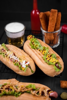 Angle élevé de hot-dogs avec boisson