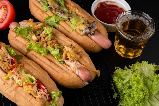 Angle élevé de hot-dogs avec salade et boisson