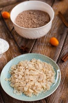 Angle élevé d'ingrédients pour gâteaux à l'anis et à la cannelle