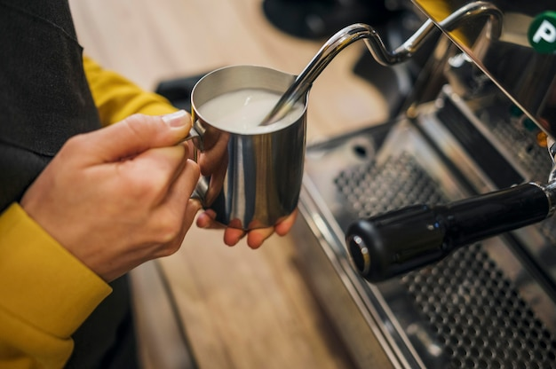 Angle élevé de lait moussant barista