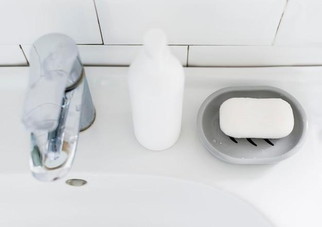 Angle élevé de lavabo de salle de bain avec du savon