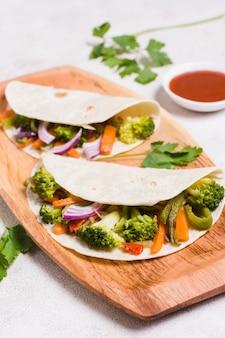 Angle élevé de légumes biologiques enveloppés dans du pain pita