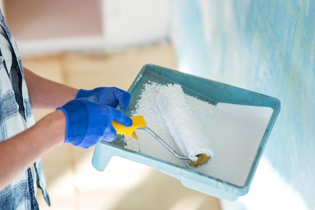 Angle élevé de main tenant le rouleau à peinture