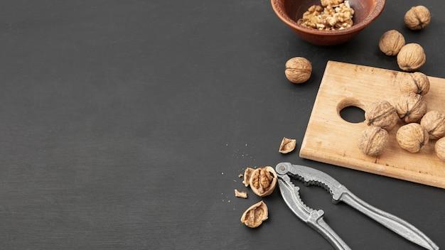 Angle élevé de noix avec cracker et espace copie