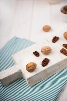 Angle élevé de noix sur une table en bois