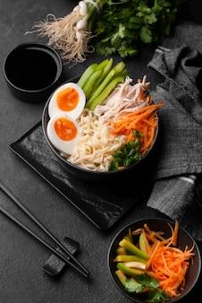 Angle élevé de nouilles asiatiques traditionnelles avec des légumes