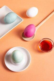 Angle élevé d'oeufs de pâques peints avec colorant