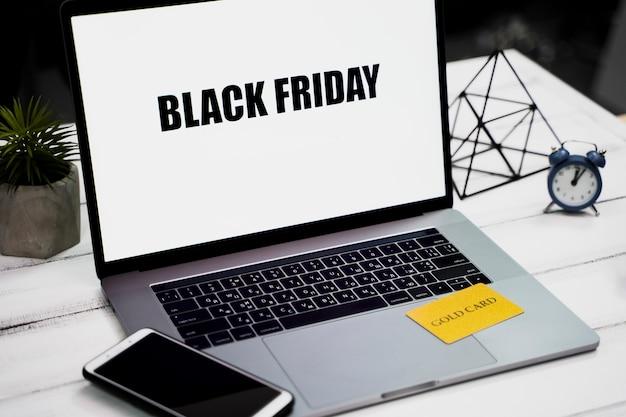 Angle élevé d'ordinateur portable avec vendredi noir sur le bureau