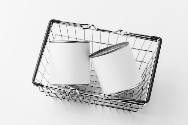 Angle élevé de pack de boîtes de conserve avec des étiquettes vierges dans le panier
