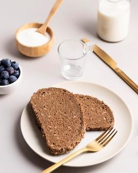 Angle élevé de pain grillé avec des myrtilles et du lait