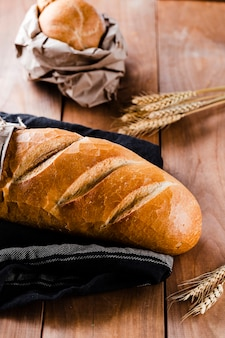 Angle élevé de pain sur une table en bois