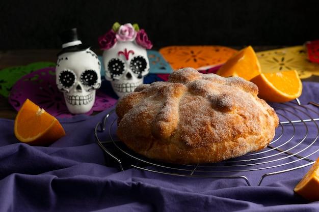 Angle élevé de pan de muerto avec des crânes