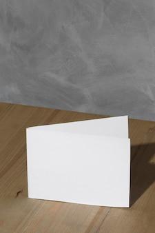 Angle élevé de papier vierge avec espace copie