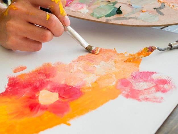 Angle élevé de la peinture de l'artiste