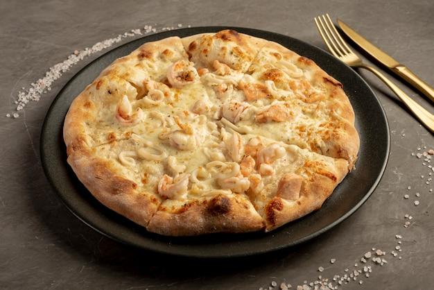 Angle élevé de pizza sur fond uni