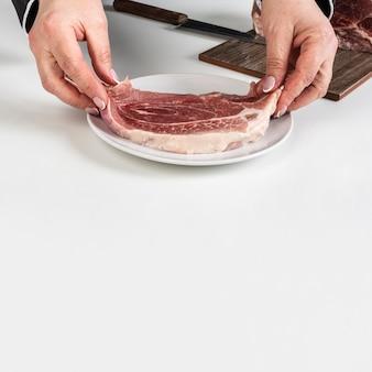Angle élevé de plaque avec de la viande