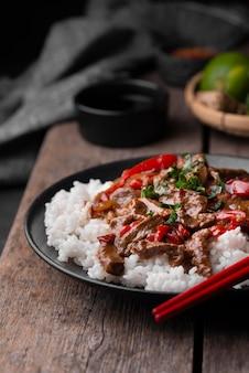 Angle élevé de plat asiatique traditionnel avec du riz