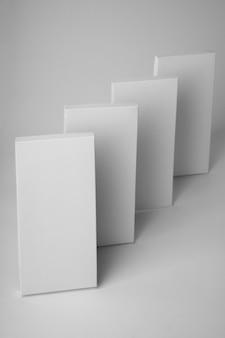 Angle élevé de plusieurs comprimés d'emballage de chocolat avec espace de copie