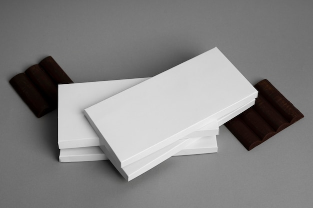 Angle élevé de plusieurs emballages de comprimés de chocolat empilés